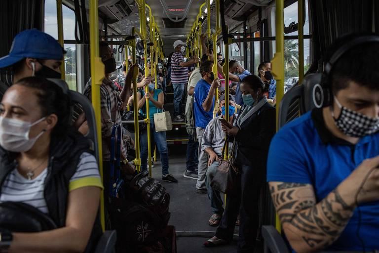 A linha de ônibus do Terminal Bandeira até o Terminal Capelinha voltou a ter passageiros em pé após a reabertura do comércio na capital