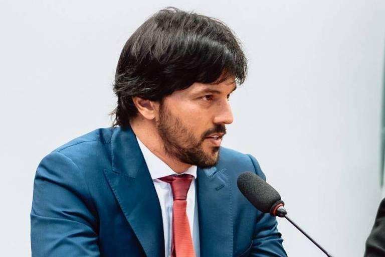 Fabio Faria falando no microfone