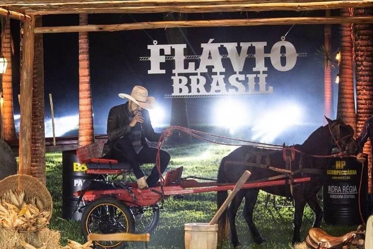 Cantor sertanejo é 'levado' por cavalo nos primeiros segundos de live e vira meme