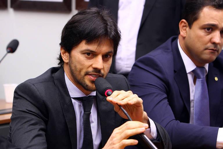 Fabio Faria falando ao microfone
