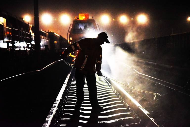 Trabalhador de empresa chinesa de ferrovias atua em serviço para expandir capacidade de trens de carga entre a China e a Europa em Jinan, província de Shandong