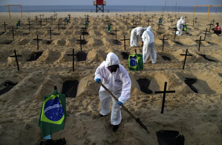 Ativistas da ONG Rio de Paz abrem cova na praia de Copacabana