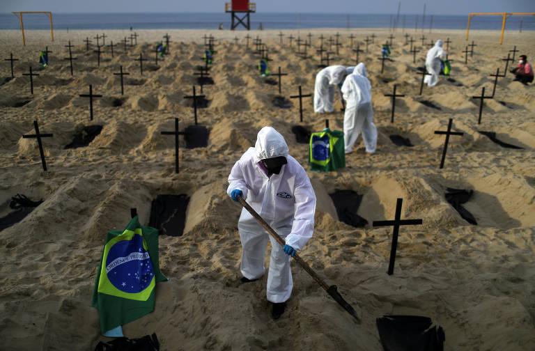 ONG abre covas na praia de Copacabana para marcar as mortes causadas pelo coronavírus