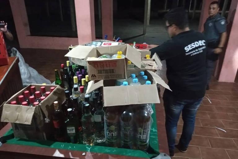 Fiscais da Prefeitura de Sorocaba, apoiados pela PM e pela GCM, apreendem bebidas que seriam consumidas na festa clandestina na zona norte da cidade