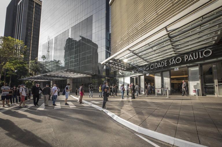 Clientes fazem fila para entrar no Shopping Cidade São Paulo; veja fotos de hoje