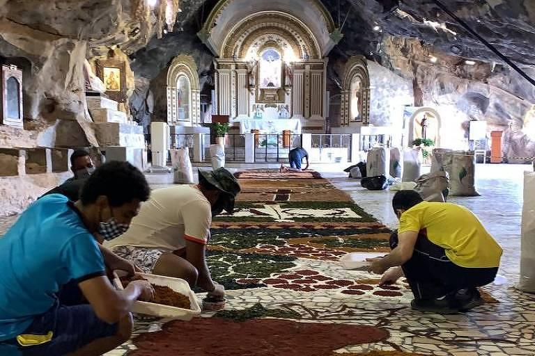 Mesmo sem a presença de fiéis durante a quarentena, a gruta do Bom Jesus da Lapa (BA) foi enfeitada com tapetes coloridos na celebração do Corpus Christi