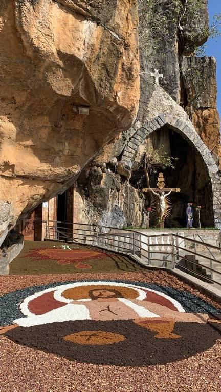 Santuário de Bom Jesus da Lapa mantém tradição com tapete colorido