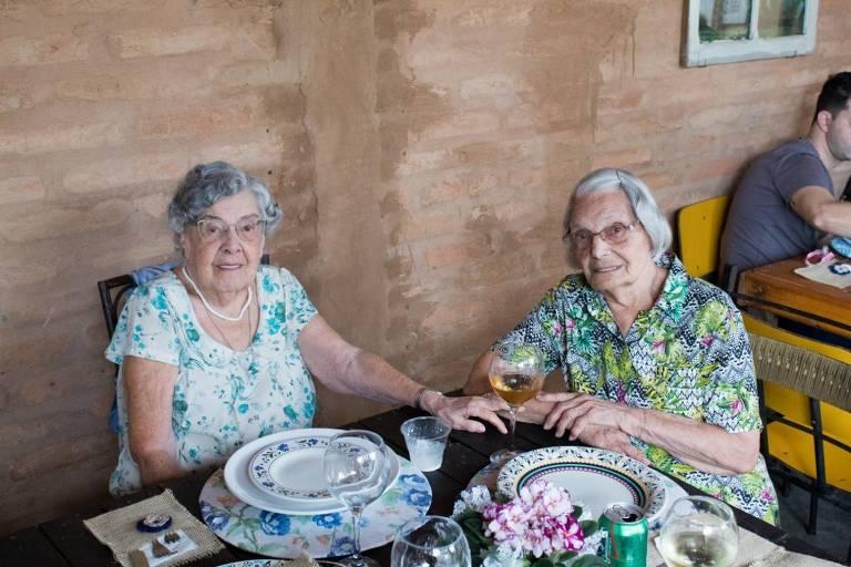 Livia de Oliveira (à esquerda) com sua irmã Liseika