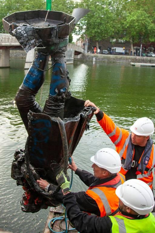 Estátua de Edward Colston é retirada de rio em Bristol, na Inglaterra