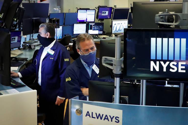 Funcionários da Bolsa de Nova York usam máscaras para trabalhar; empresas brasileiras de tecnologia enxergam vantagem em abrir capital nos EUA