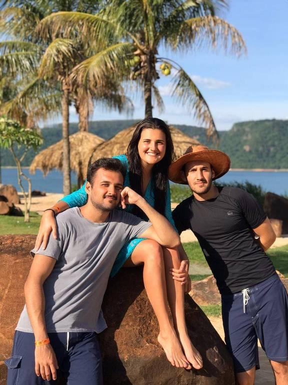Thiago Guimarães Borlenghi (de preto) e os irmãos Anna Carolina e Lucas pegaram o novo coronavírus, mas passaram sem problemas pela doença