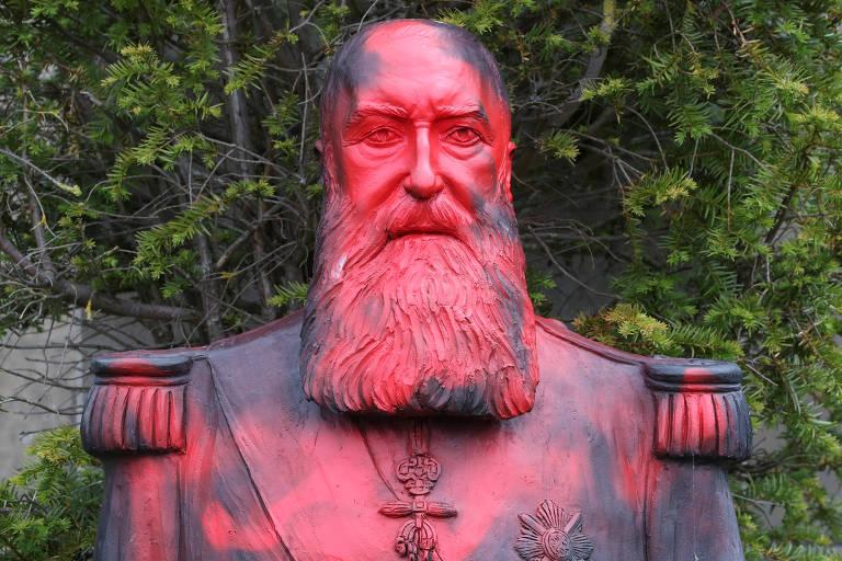 Estátua do rei Leopoldo 2º em parque perto de Bruxelas coberta de tinta jogada por ativistas
