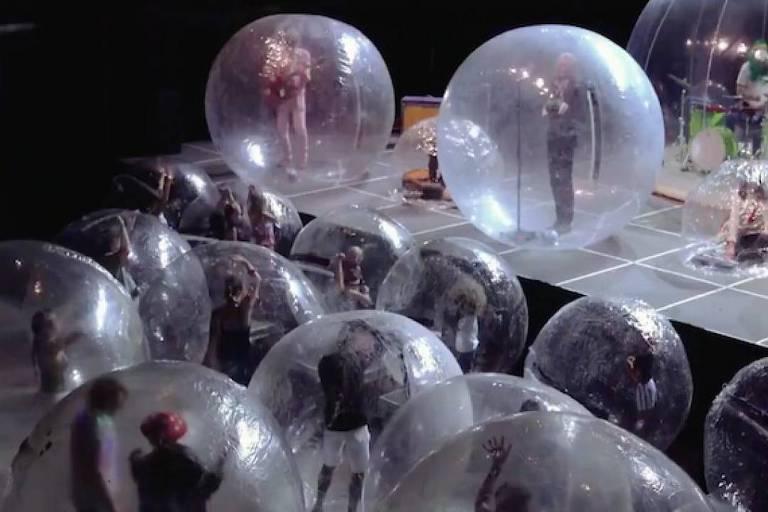 Contra coronavírus, músicos se apresentam dentro de bolhas de plástico