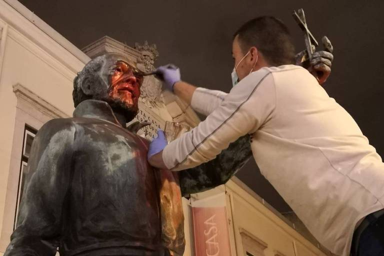Funcionário da Câmara Municipal de Lisboa limpa estátua do padre António Vieira após vandalismo