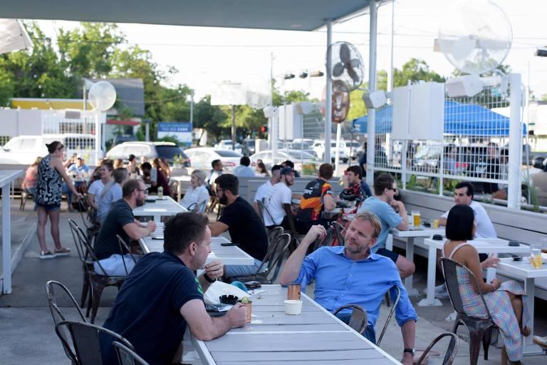 Clientes em área externa de bar em Houston, no Texas