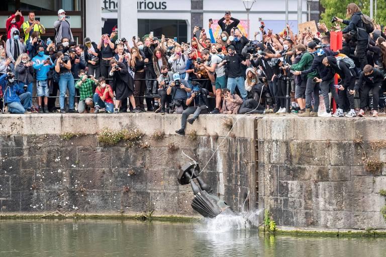 Manifestantes jogam estátua do traficante de escravos Edward Colston em rio na cidade de Bristol