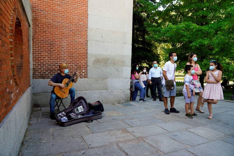 Música toca violão em frente ao Museu do prado, em Madri
