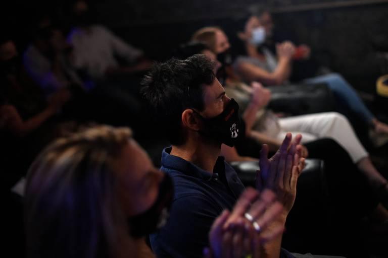 Público do show de Clarence Bekker, em Barcelona, usando máscara e mantendo o distanciamento social