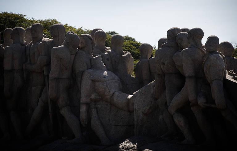 O Monumento às Bandeiras não tem personagens específicos, e por isso é considerado sintético da relação entre brancos e negros e indígenas no Brasil
