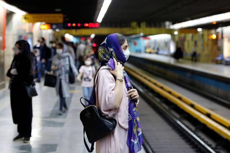 Iranianas com máscaras em estação do metrô de Teerã