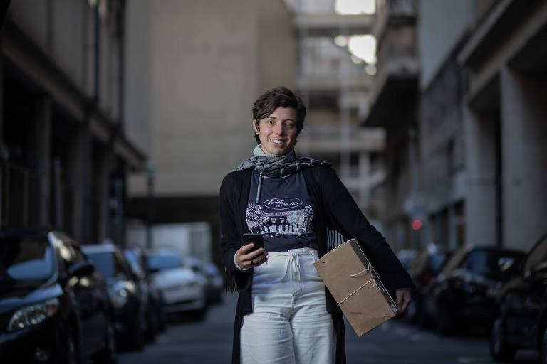 Silvana Cardoso, 25, à frente do atendimento da Fazenda Atalaia, de Amparo; fazenda passou a entregar cestas de produtos artesanais pelo app