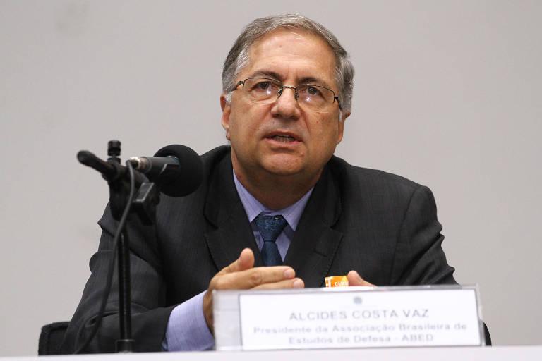 O professor da Universidade de Brasília, Alcides Costa Vaz, em audiência na Câmara