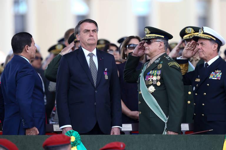 Bolsonaro cercado por militares fardados