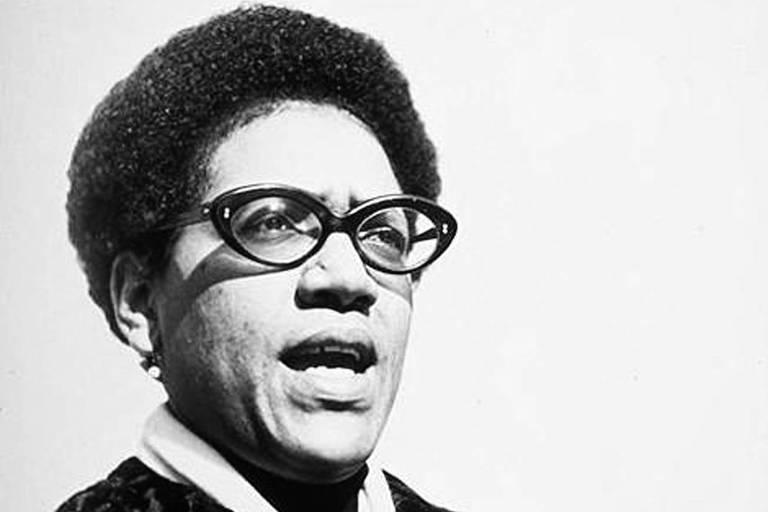 Mulher negra de óculos