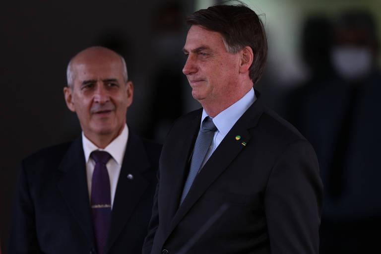 O presidente Jair Bolsonaro é observado pelo ministro Luiz Eduardo Ramos (Secretaria de Governo)