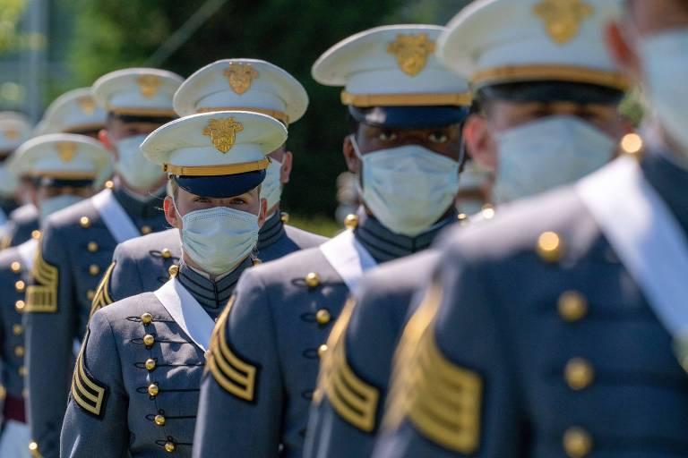 Cadetes marcham antes da cerimônia de formatura na academia militar de West Point
