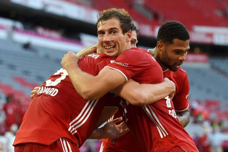 Goretzka abraça Pavard e celebra o gol da vitória do Bayern sobre o Mönchengladbach