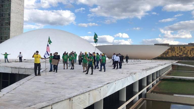 Apoiadores do presidente Jair Bolsonaro invadem a laje do Congresso Nacional, na tarde deste sábado (13), em Brasília