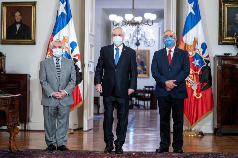 Da esq. para a dir: o presidente chileno, Sebastián Piñera; o novo ministro da Saúde, Enrique Paris; e o ex-ministro Jaime Mañalich