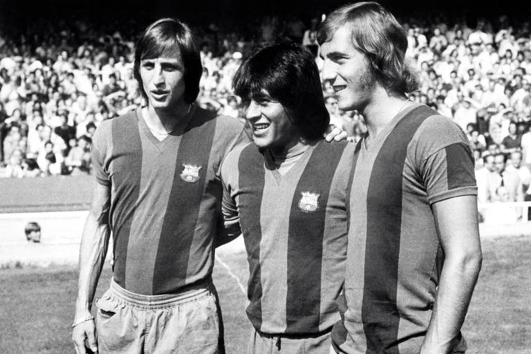 Cruyff, Sotil e Neeskens posam para foto antes do início da temporada 1974/1975, primeira de Neeskens no Barcelona