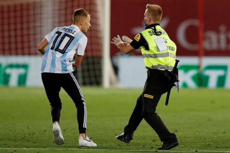 Mesmo com o veto à presença de torcedores e número limitado de profissionais com acesso ao estádio, homem com camisa da Argentina invadiu o campo durante Barcelona x Mallorca quando o relógio marcava 7 minutos do segundo tempo. O Barça já vencia por 2 a 0