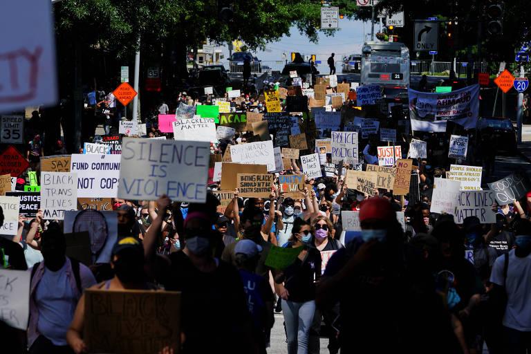Pessoas se reúnem em protesto contra o racismo depois da polícia de Atlanta atirar e matar um homem negro