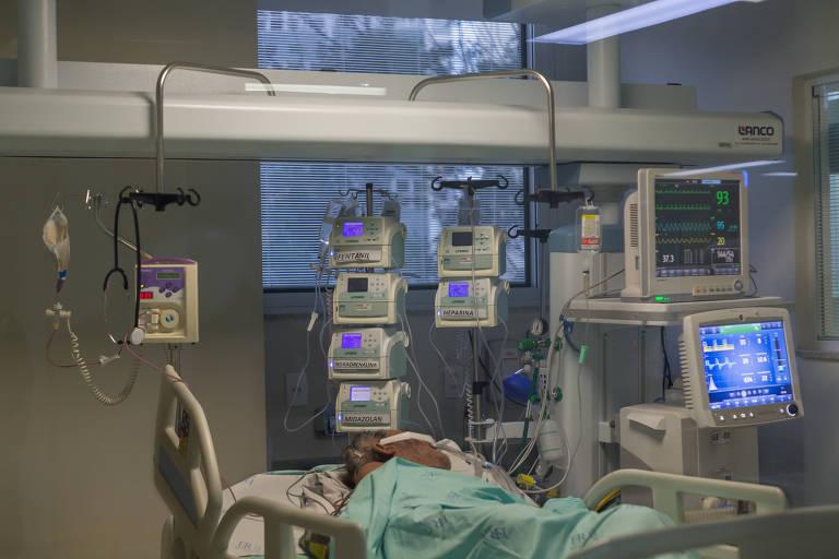 Paciente intubado com respiradores na UTI do Hospital Emílio Ribas, na zona oeste de SP