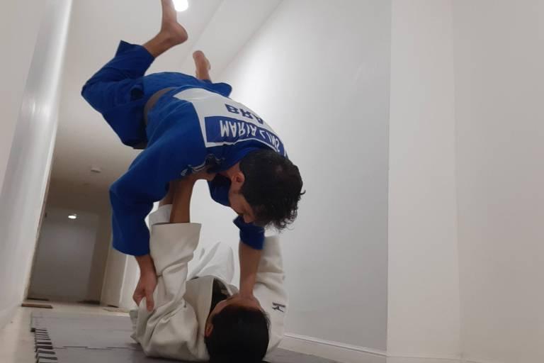 Maria Núbea derruba o marido no tatame improvisado no corredor do prédio onde moram