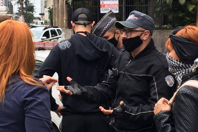 PM sem identificação empurra repórter do UOL pelas costas em manifestação