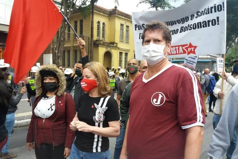 Gleisi Hoffmann e Jilmar Tatto, do PT, em manifestação contra Bolsonaro na av. Paulista