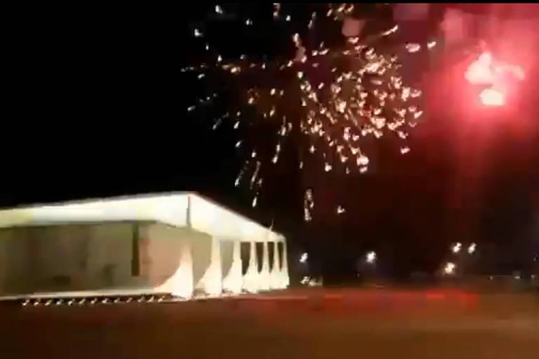 Imagem de rede social mostra fogos sobre o Supremo na noite de sábado (13)