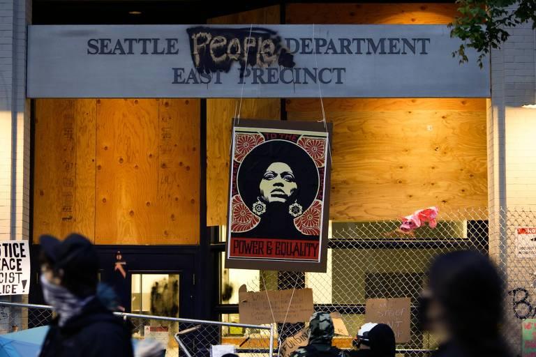 Imagem da ativista Angela Davis na entrada do Departamento de Polícia de Seattle, agora tomado por manifestantes antirracismo