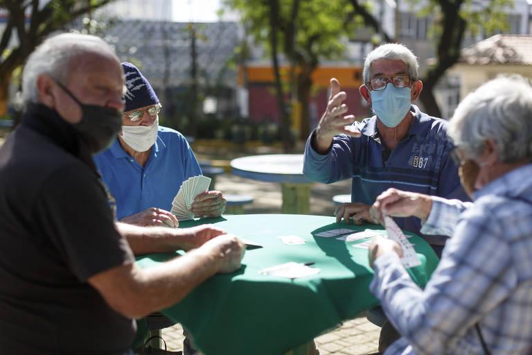 Idosos seguem nas praças em meio à pandemia de Covid-19
