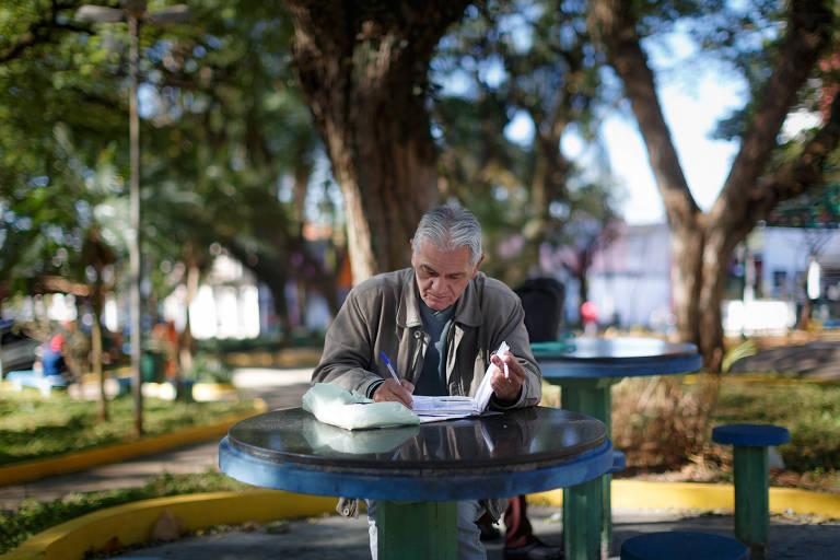 Em outra mesa da mesma praça da Vila Formosa, Lupercio Pereira faz anotações