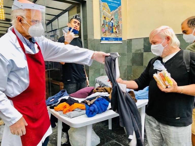 O padre Julio Lancellotti durante partilha para necessitados na paróquia São Miguel Arcanjo, na Mooca
