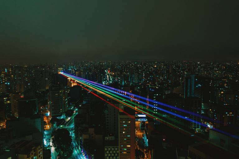 Show de luzes na Paulista marca Parada Day 100% online em SP; veja fotos de hoje
