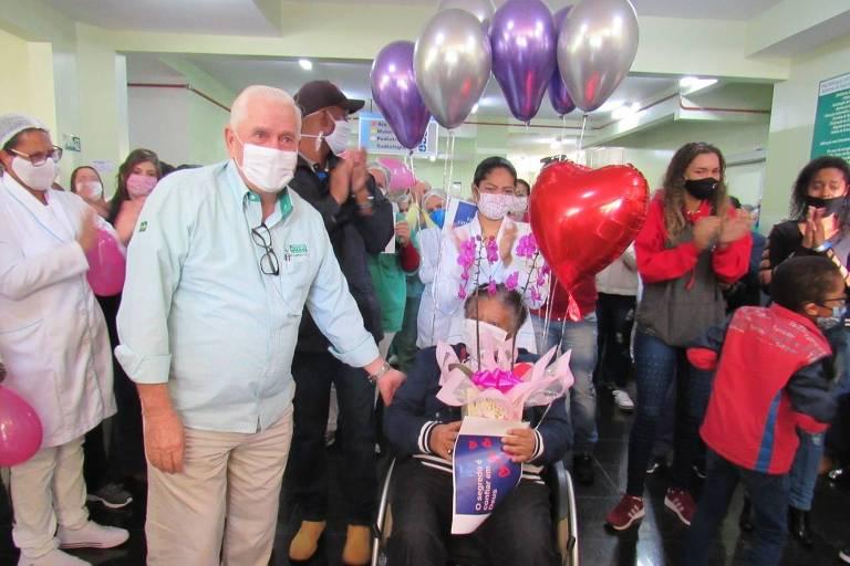 Maria Conceição Moreira da Silva recebe alta da Santa Casa de Ituverava (SP) no dia 28 de maio após internação de 45 dias, sendo 21 na UTI, e três paradas cardíacas, para se curar da Covid-19