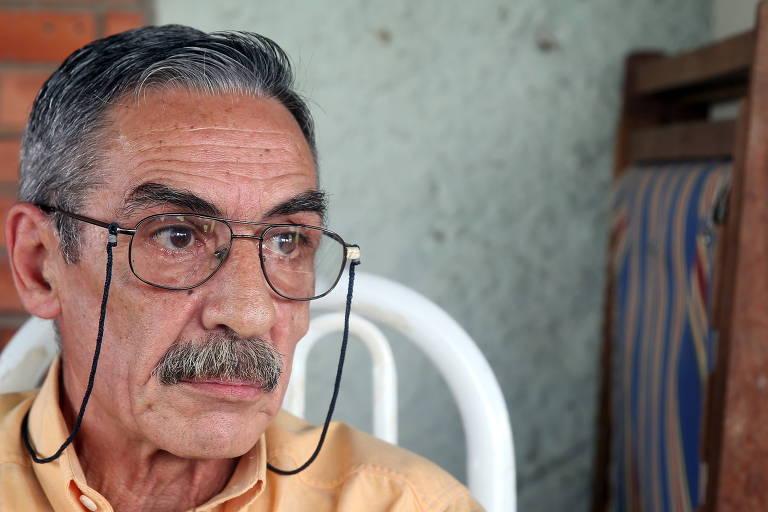Homem de óculos e cabelos grisalhos