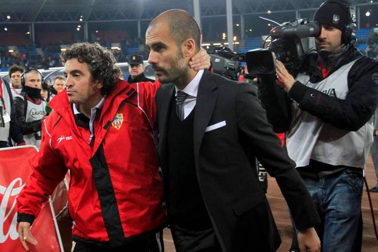 Adversários em 2010, Juanma Lillo e Pep Guardiola deixam o campo abraçados após duelo entre Almería e Barcelona