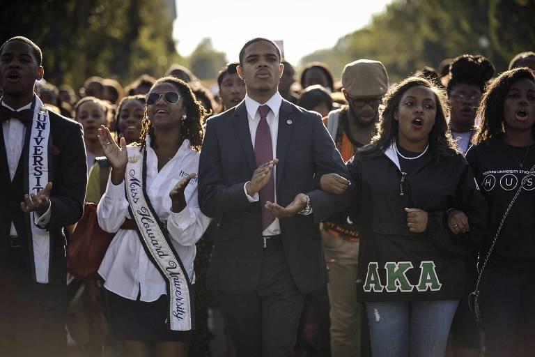 Estudantes da Universidade Howard protestam durante evento que marcou o 50º aniversário da marcha Perceba o Sonho, em Washington